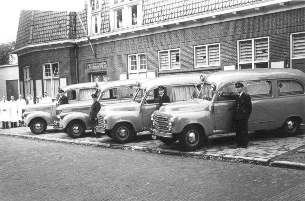 1950 GGD aan de Sloetstraat staan achteraan de twee Chevrolets DP uit 1948 en vooraan de twee Studebakers 2R5 uit 1950 met hun chauffeurs.