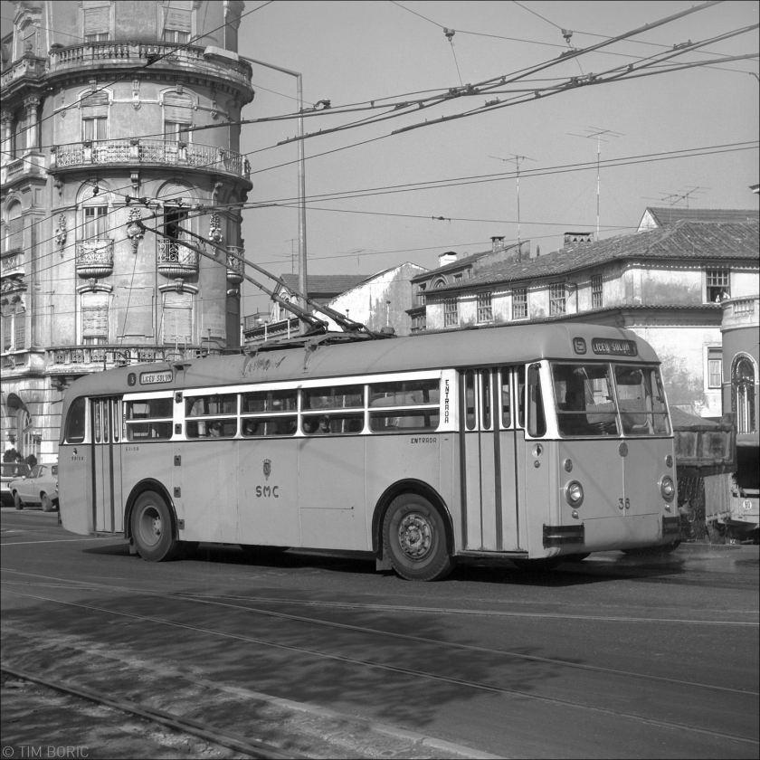 Sunbeam-trolleybus rijdt in 1977 op lijn 5 naar Liceu Solum over de Avenida Emidio Navarro, dichtbij het hoofdstation van Coimbra.