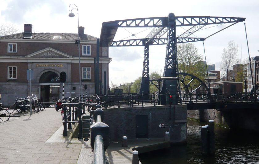 1906 Gietijzeren ophaalbrug uit 1906 over de Nieuwe Herengracht in Amsterdam.