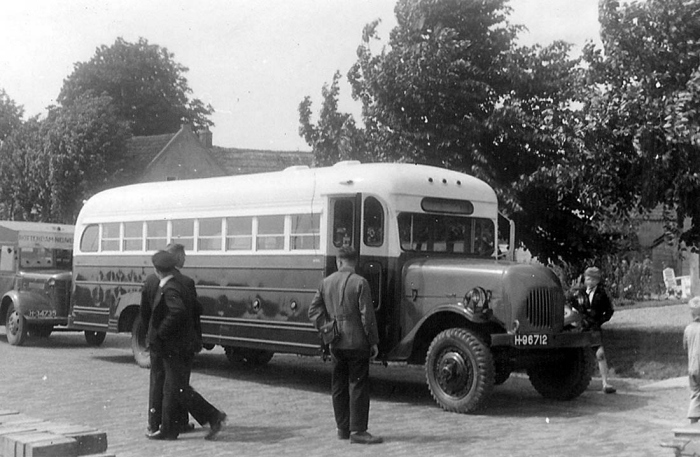 1947 White Scout 8 met Austin 4 daar achter
