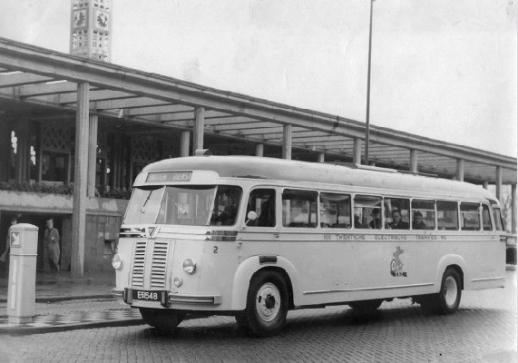 1948 Bus 2 met Kenteken E-51548. Kromhout met carrosserie van Verheul. Opname voor station NS Enschede.