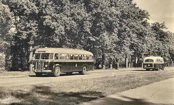 1948 Kromhout B6VB2 nr. 1 met carrosserie van Verheul. Rechts een Guy-Arab op weg naar Glanerbrug. Opname in 1949 Gronau