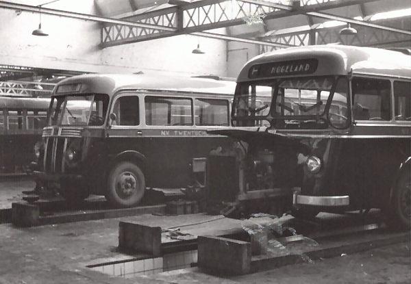 1949 Daf nr. 30 met carrosserie van Verheul en een uitschuifbare motor. Daarachter Scania-vabis 64 carrosserie Verheul. _