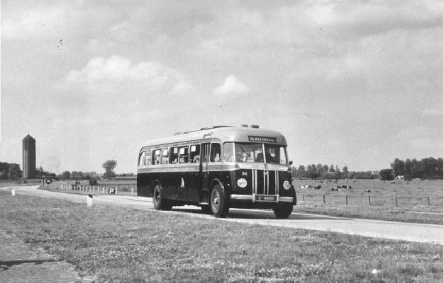 1949 Guy-Arab bus 84 met carrosserie van Verheul. Dienstbus Almelo-Glanerbrug op de weg Borne-Hengelo. Opname verm. 1949.