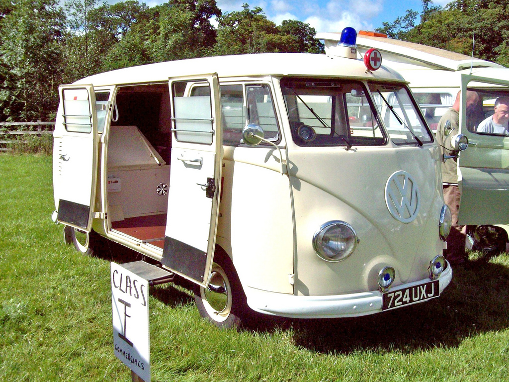 Volkswagen VW Bus T1 Kleinbus Van High Quality Classic Automobile Car Postcard