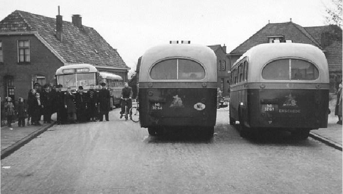 1956 TET bussen op het busstation Molenstraat te Ootmarsum. Scania-Vabis bussen met carrosserie van Verheul. Opname 1956.