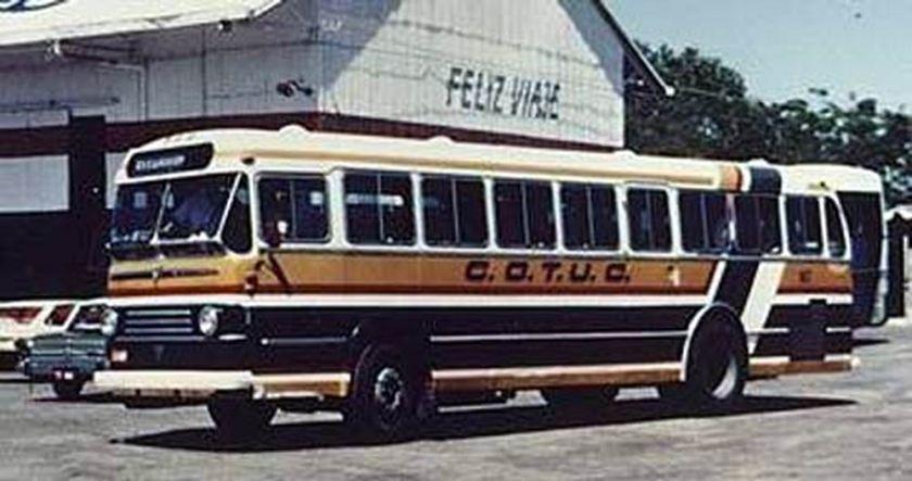 1957 ACLO-Verheul 03 AEC-VERHEUL bussen lijkt. Duidelijk zien we dat de wagen de motor achterin heeft en let vooral op de lengte die zeker een stuk korter