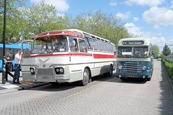 1959 Volvo-touringcar (type B655 carrosserie Verheul) en een DAF-bus van Zuid-Ooster