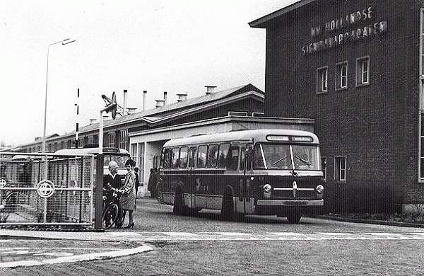 1966 Scania-Vabis 68 met carrosserie van Verheul. Opname bij het verlaten van het terrein van Holland Signaal voor groepsvervoer. Opname 1966