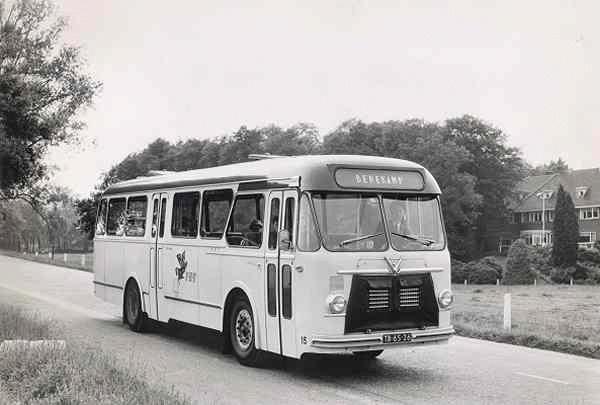 Daf nr. 15 met carrosserie van Verheul. Opname bij de kuiperberg te Ootmarsum met chf Rekers van het depot aldaar