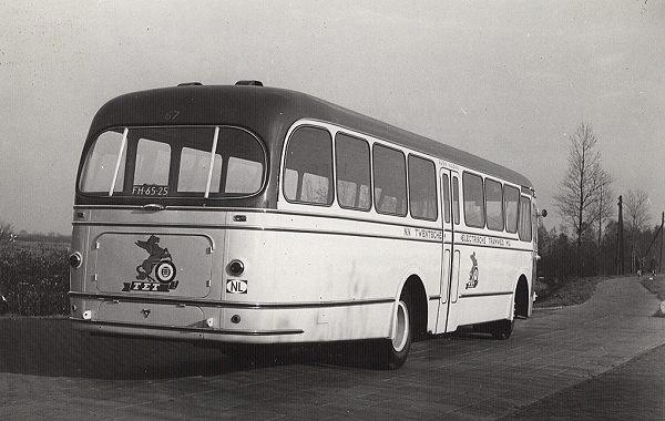 Scania-Vabis 67 met carrosserie van Verheul. Opname bij Verheul vlak voor aflevering. Kleur, ivoor met rood dak