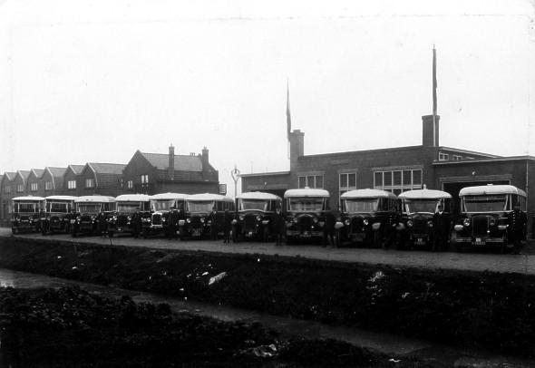 Van Gog 18a Particuliere busonderneming Gebr. van Gog, oplevering van de nieuwe garage met 11 bussen,1930 10x De Dion-Bouton, 5e van links G.M.C.