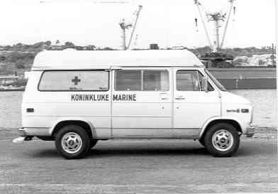 1976 Chevrolet Chevy Van ambulance van de Koninklijke Marine met (vermoedelijk) een opbouw van Gebroeders Visser.