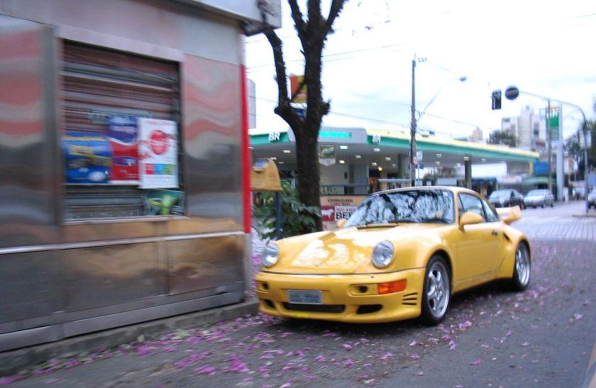 1989 Second Generation Porsche 911 Cambuí_-_Porsche_amarelo_em_frente_ao_Regatas