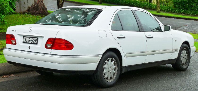 1998-1999 Mercedes-Benz E 240 (W210) Elegance sedan (2011-11-17) 02