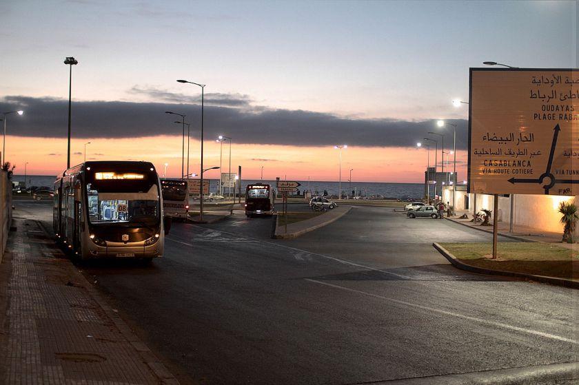 2012 ZhongTong bus van het gemeentevervoersbedrijf van Rabat wacht bij de eindhalte aan de Atlantische oceaan. Juli 2012
