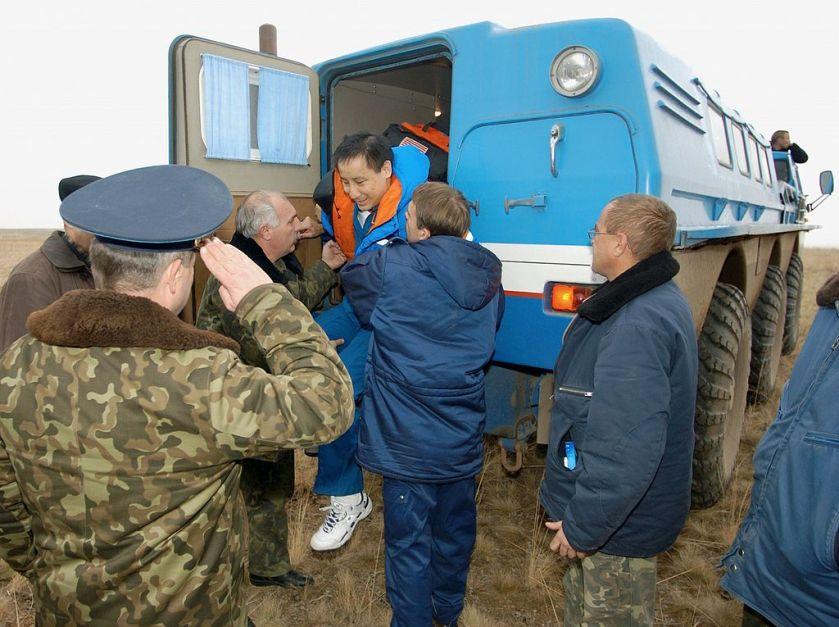 37 ZIL-49061 Soyuz_TMA-2_-_Edward_T._Lu