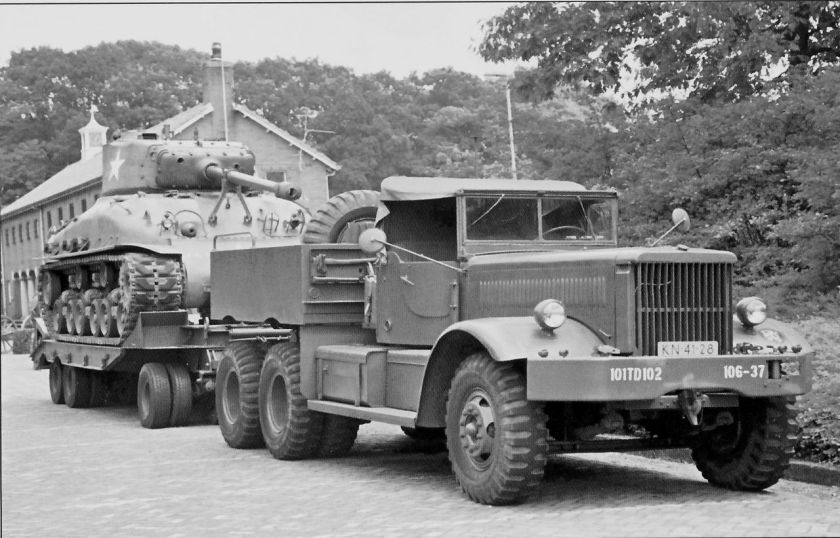 DiamondT Model 981 Soft Top met M9 Rogers aanhangwagen als M-20 Tanktransporter