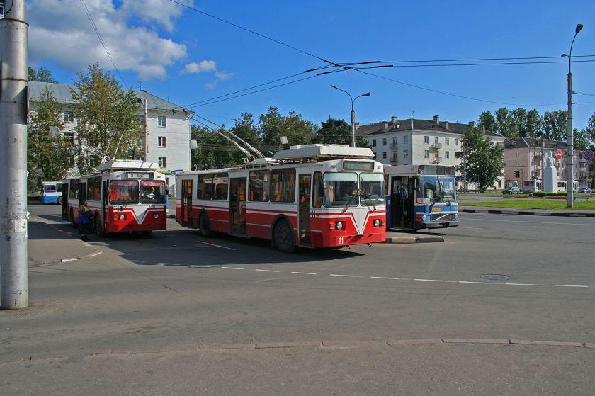 Novgorod_-_Trolleys_and_a_bus_at_main_station