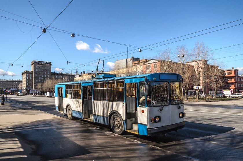 Trolleybus_ZiU-682G_in_SPB