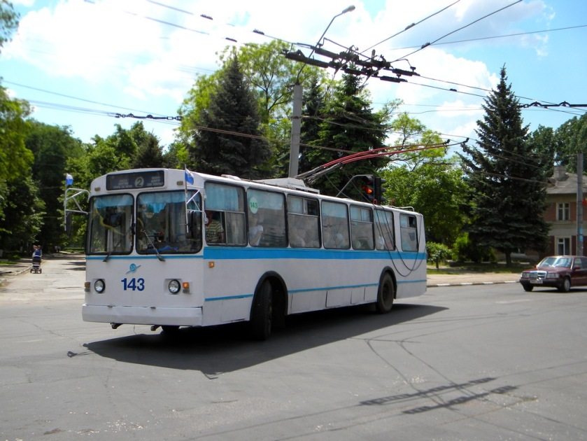 Trolleybus_ZiU_(Trolza)-682G00_-_143_at_intersection_of_Stefan_cel_Mare_str_and_1_mai_str