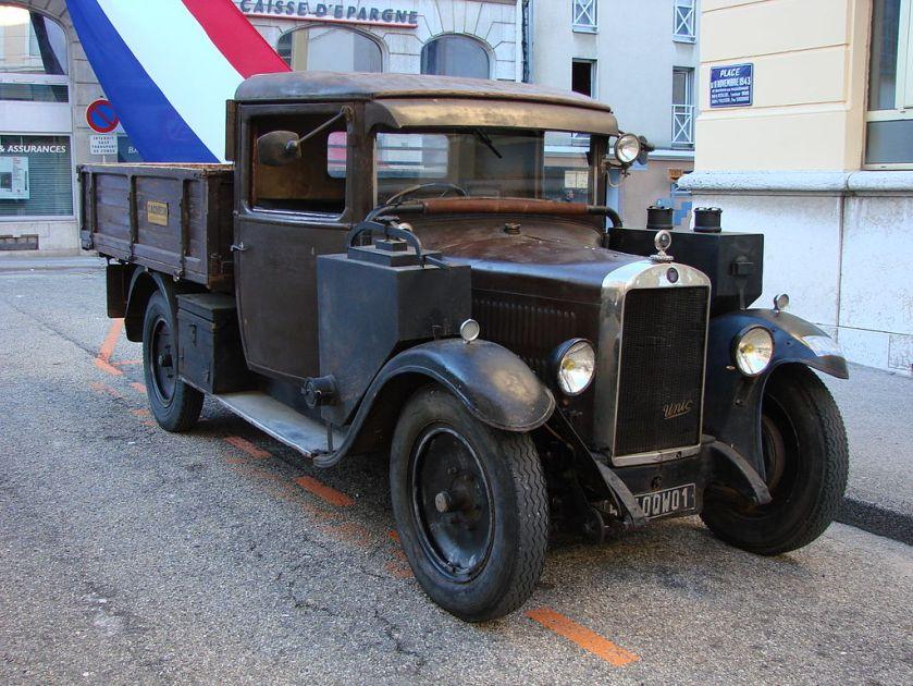 1940's Camion Unic équipé d'un gazogène à la cérémonie du 70e anniversaire du défilé du 11 novembre 1943 à Oyonnax