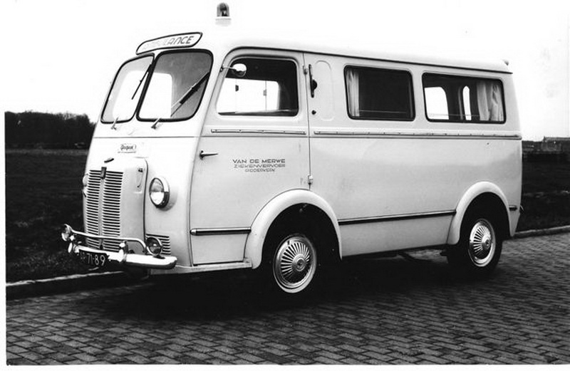1941 1e Ambulance Peugeot D4B Carr. Visser