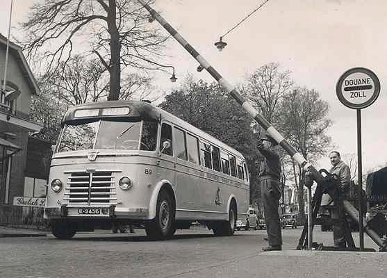 1952 Guy-Arab 89 met carrosserie van Verheul. Met 45 zit en 10 staanplaatsen. Opname grens Glanerbrug in 1954