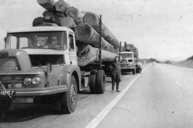 1960 UNIC izoard grumiers, lors d' une halte sur une nationale