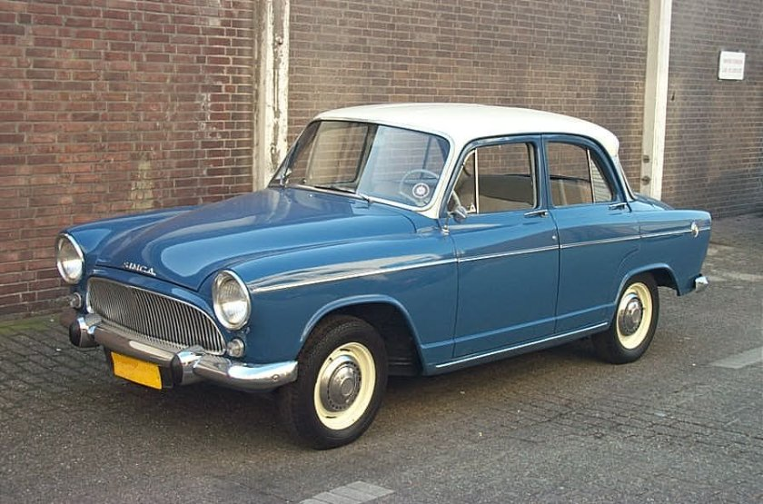 1961 Simca Aronde P60 Elysée, blue with white roof, Rush engine The vehicle was among the many classic cars handled by the Garage de l'Est