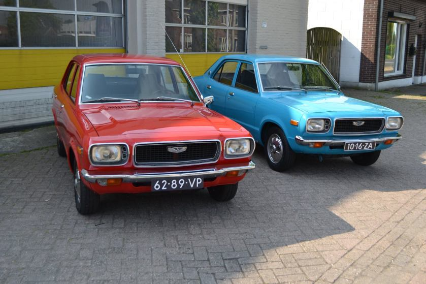 1973 Mazda 818 sedan Standard (rode), Mazda 808 sedan Deluxe (blauw)