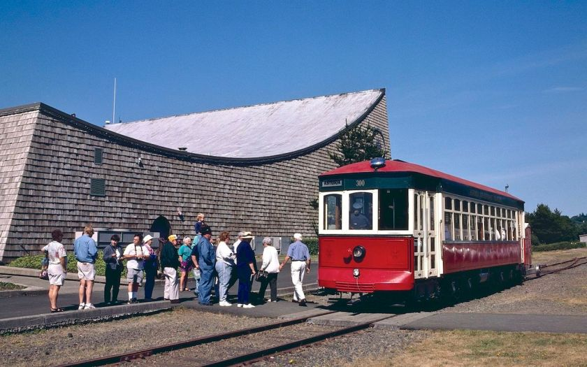 Astoria_Riverfront_Trolley_car_300_at_Maritime_Museum,_July_1999