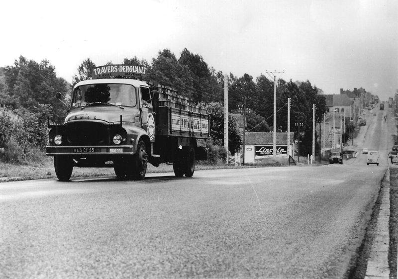 Unic Bonhomme... On aperçoit un Citroën U55 garé
