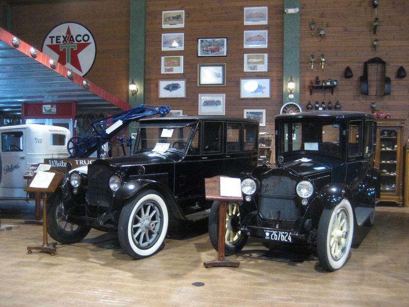 1918+20 Packard Twin Six, 3. Serie, Modell 3-35; seitengesteuerter V12, 90 PS 2600 min. Links Limousine (1920), rechts Brougham (1918)