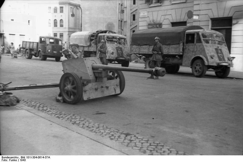 1943 Bundesarchiv_Bild_101I-304-0614-37A,_Italien,_Soldaten_an_Pak_in_Ortschaft