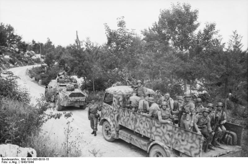 Jugoslawien, Polizeieinsatz, Spähpanzer u. LKW