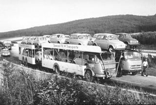 1959 FIAT's met opleggers vol Fiatjes