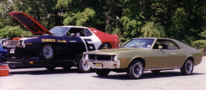 1970 AMC_Javelins_(1970_SST_and_Sunoco)_at_car_show