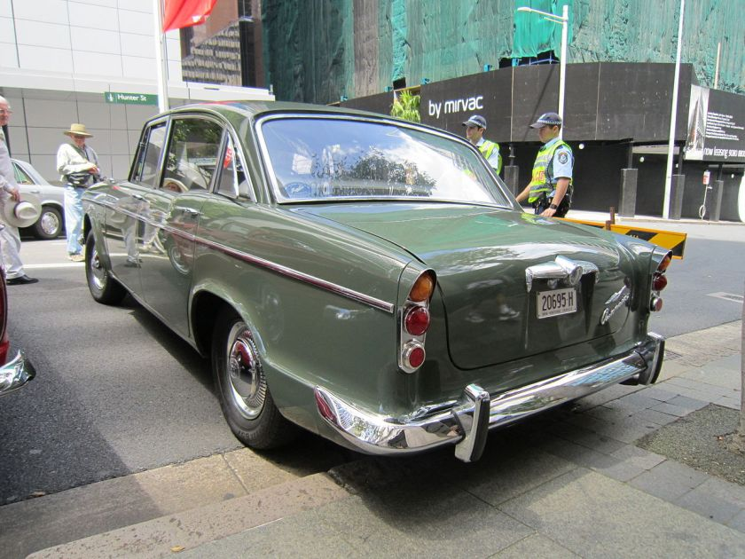 Humber Super Snipe Series IV wit 1955 Chevrolet rear window