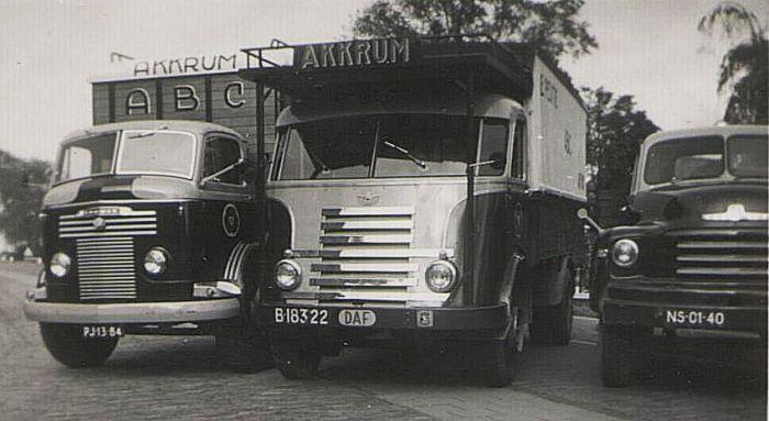 1956 Commer uit 1956 met een carrosserie van fa. Rondaan Berlikum, een DAF uit 1950 en een Bedford uit 1954