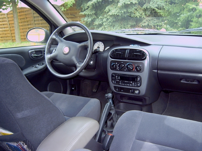 Chrysler Neon 2000 LE dashboard