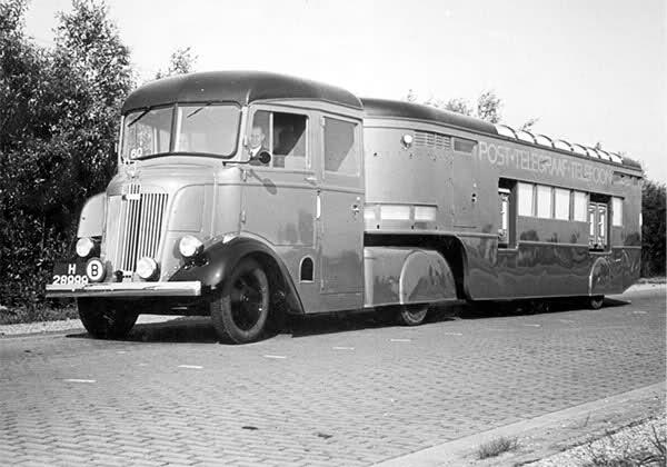 1939 Chevrolet trekker met de mobiele postkantoor trailer