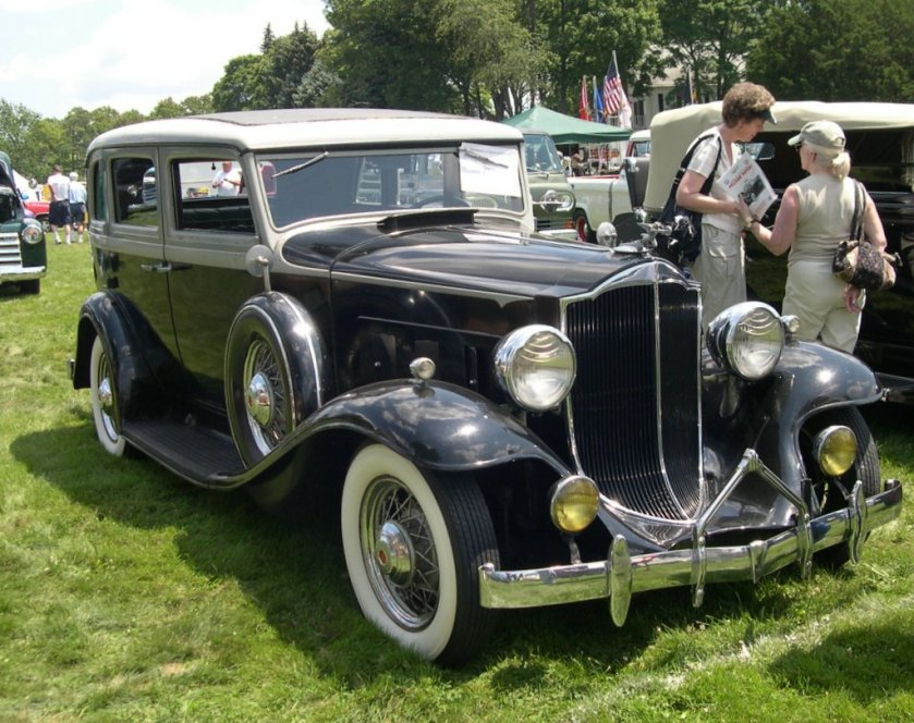 1932 Packard Light Eight Model 900 4-door sedan