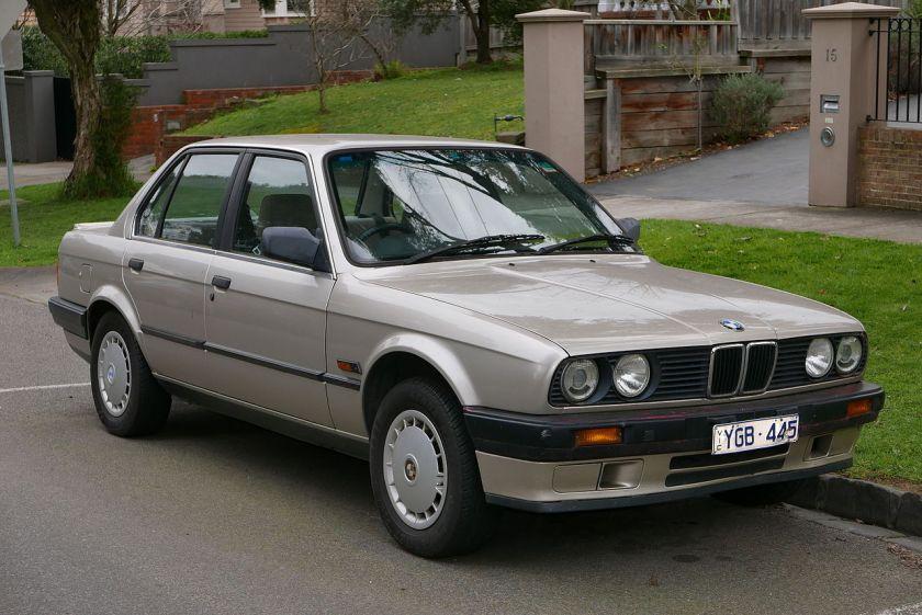 1990 BMW 318i (E30) 4-door sedan 01