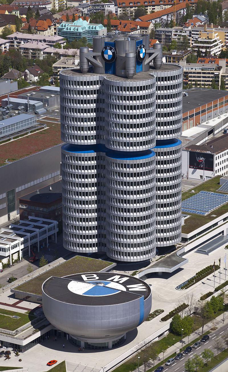 4_cilindros_y_museo_BMW,_Múnich,_Alemania_2012-04-28,_DD_02