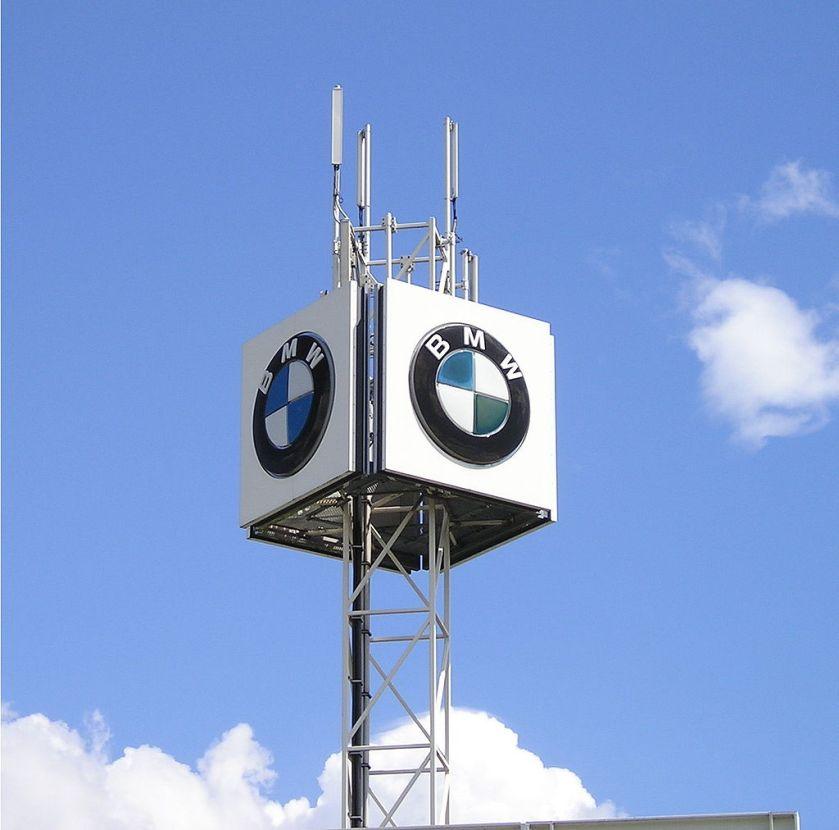 BMW_Logo_für_Werbung_auf_Gestell_montiert