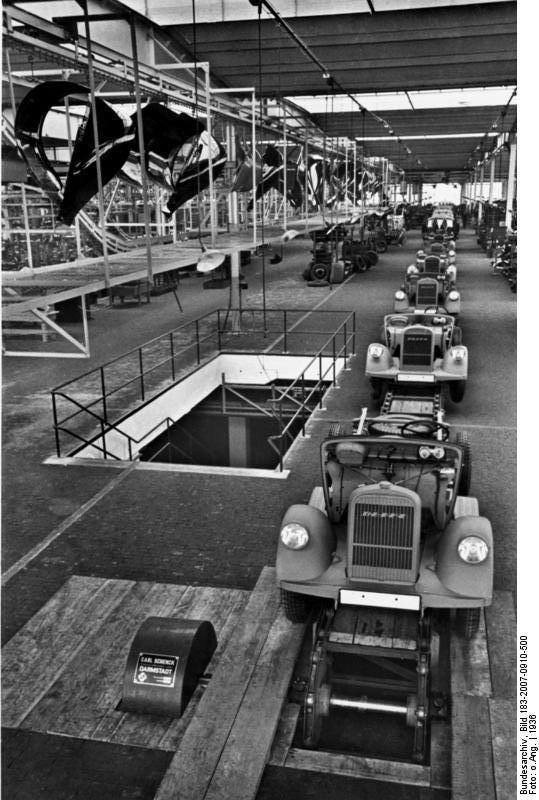Scherl: Die neue Lastwagenfabrik, Wek Brandenburg, der Adam Opel A.G. Am Ende der großen Fertig-Montagbandes: bei einer Produktion von 50 Wagen in einer Schicht wird alle 10Minuten ein Wagen fertig. 15469-36