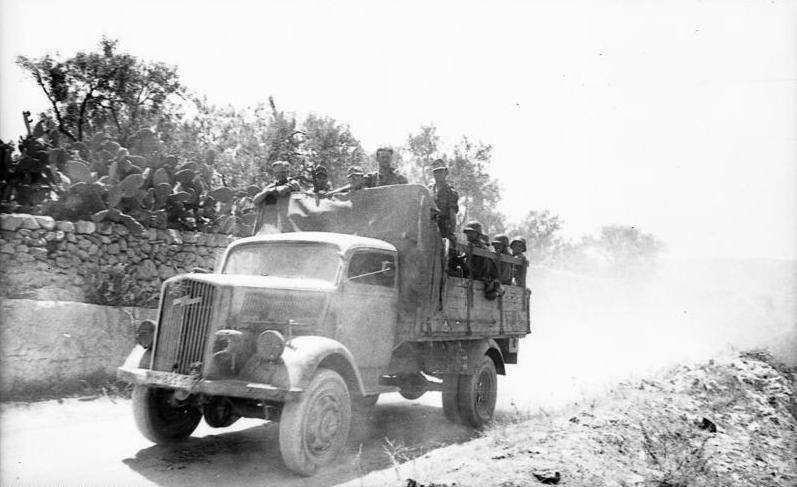 Italien, Soldaten auf LKW Opel-Blitz
