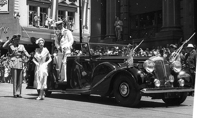 1954 Queen_Elizabeth,_Cenotaph,_Sydney_NSW_1954
