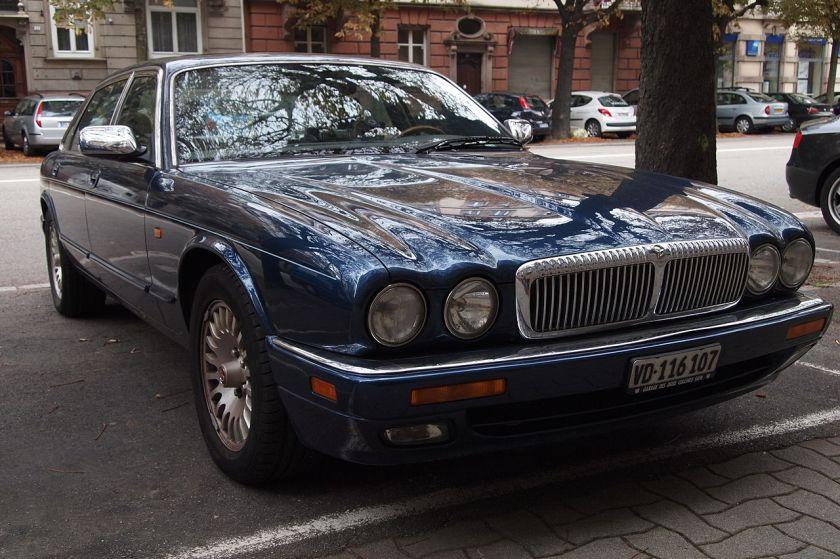 Daimler DoubleSix X300 v